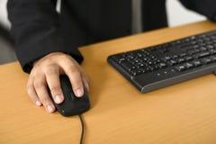 Uomo di affari che scrive con keyboar Fotografie Stock Libere da Diritti