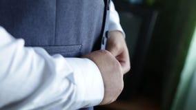 Uomo di affari che si agghinda con le scarpe classiche e eleganti Governi le scarpe d'uso sul giorno delle nozze, legando i pizzi archivi video
