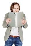 Uomo di affari che si nasconde dietro il suo computer portatile in sue mani Emo Fotografia Stock Libera da Diritti