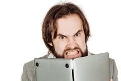 Uomo di affari che si nasconde dietro il suo computer portatile in sue mani Emo Immagini Stock Libere da Diritti