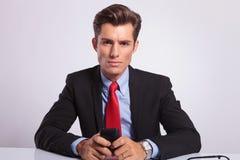 Uomo di affari che si siede al suo scrittorio Immagine Stock Libera da Diritti