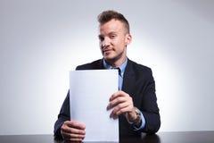 Uomo di affari che sistema le sue carte Immagine Stock Libera da Diritti