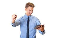 Uomo di affari che sorride mentre lavorando fotografie stock libere da diritti