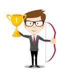 Uomo di affari che sta fiero, ostacolando trofeo ed arco di conquista Fotografia Stock