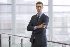 Uomo di affari che sta ritratto sicuro Fotografie Stock