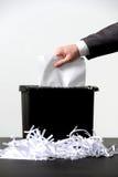 Uomo di affari che tagliuzza un documento Fotografia Stock