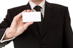 Uomo di affari che tiene businesscard in bianco Fotografia Stock Libera da Diritti