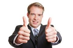 Uomo di affari che tiene entrambi i pollici su Immagine Stock