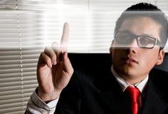 Uomo di affari che tocca gli schermi digitali Fotografia Stock Libera da Diritti