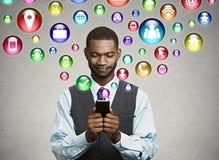 Uomo di affari che usando mandare un sms sullo smartphone Fotografia Stock