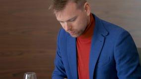 Uomo di affari che utilizza il pc della compressa per il lavoro sulla tavola durante il pranzo nel ristorante stock footage