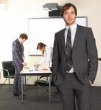 Uomo di affari con i compagni della squadra Immagini Stock Libere da Diritti