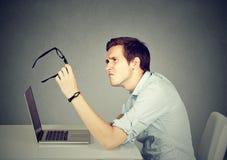 Uomo di affari con i vetri che fanno i problemi di vista confondere fotografia stock libera da diritti