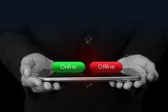 Uomo di affari con il bottone online ed offline Fotografia Stock