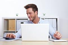 Uomo di affari con il computer portatile Immagini Stock