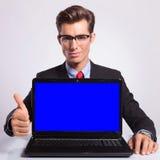 Uomo di affari con il computer portatile & il pollice su Fotografie Stock
