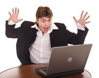 Uomo di affari con il computer portatile in ufficio. Fotografie Stock