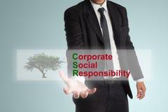 uomo di affari con il concetto del CSR sugli schermi virtuali (corporativi Fotografia Stock Libera da Diritti
