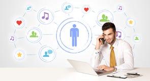 Uomo di affari con il fondo sociale del collegamento di media Fotografie Stock