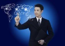 Uomo di affari con il grafico del programma di mondo Fotografie Stock