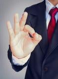 Uomo di affari con il legame rosso in vestito che mostra segno GIUSTO Fotografia Stock Libera da Diritti