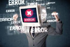 Uomo di affari con il monitor del pc sui suoi messaggi di errore e della testa sulla t Fotografia Stock