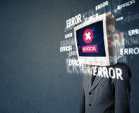 Uomo di affari con il monitor del pc sui suoi messaggi di errore e della testa sulla t Fotografie Stock