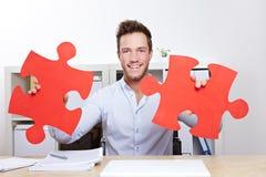 Uomo di affari con il puzzle di puzzle Fotografia Stock Libera da Diritti