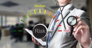 Uomo di affari con il rischio d'esame dello stetoscopio immagini stock