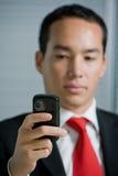 Uomo di affari con il telefono mobile delle cellule della mano Fotografia Stock