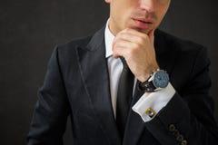 Uomo di affari con l'orologio operato Immagini Stock Libere da Diritti
