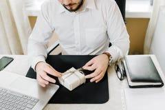 Uomo di affari con l'uomo d'affari dei regali che offre un regalo voi Fotografia Stock
