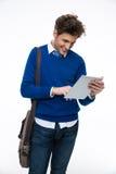 Uomo di affari con la borsa facendo uso del computer della compressa Fotografie Stock Libere da Diritti