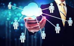 Uomo di affari con la computazione della nuvola ed il concetto di connettività fotografia stock