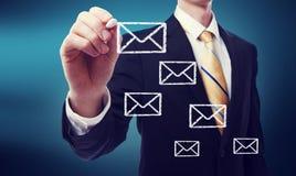 Uomo di affari con le buste del email Immagine Stock