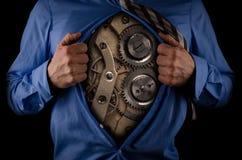 Uomo di affari con movimento a orologeria dentro Fotografia Stock