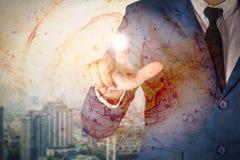 Uomo di affari con tecnologia sociale immagine stock
