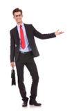 Uomo di affari con un'accoglienza della cartella Fotografie Stock Libere da Diritti