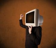 Uomo di affari con un monitor sulla suoi testa e spazio vuoto marrone Fotografie Stock Libere da Diritti
