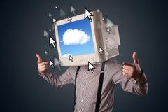 Uomo di affari con un monitor sulla suoi testa, sistema nuvoloso e pointe Immagine Stock