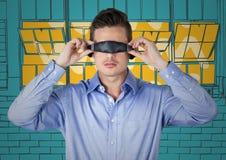 Uomo di affari in cuffia avricolare di realtà virtuale contro le finestre disegnate a mano gialle e blu Immagine Stock Libera da Diritti