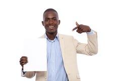 Uomo di affari dell'africano nero che tiene una scheda Fotografia Stock