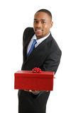 Uomo di affari dell'afroamericano che tiene un regalo fotografia stock libera da diritti