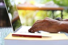 Uomo di affari delle free lance che lavora facendo uso del computer portatile nella casa fotografie stock libere da diritti