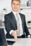 Uomo di affari di Attraktiv che dà una mano in ufficio Fotografia Stock