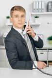 Uomo di affari di Attraktiv che parla al telefono in ufficio Fotografie Stock