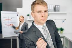 Uomo di affari di Attraktiv in vetri Immagine Stock