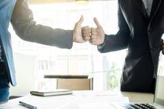 Uomo di affari di due giovani un pollice sul segno durante la discussione un meeti Fotografia Stock Libera da Diritti