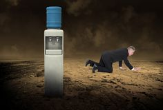 Uomo di affari, dispositivo di raffreddamento di acqua, deserto desolato immagine stock