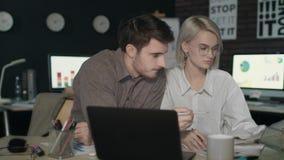 Uomo di affari e donna di affari che collabora con il documento finanziario video d archivio